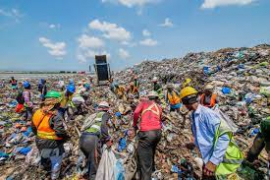 Waste pickers at a dumpster. Image: WEF